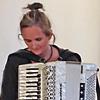 Andrea Hempel in Hamburg unterrichtet mit den Akkordeon-Schulen von Peter M. Haas