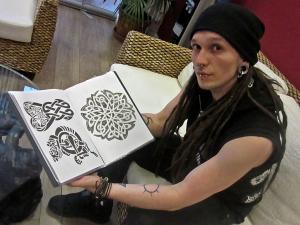 Das Bild zeigt Stefan vom Tate-Studio in Berlin Prenzlauer Berg mit celtic-tribal-Tatoos