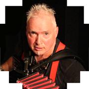 Portrait: der Musiker Peter M. Haas mit seinem Akkordeon