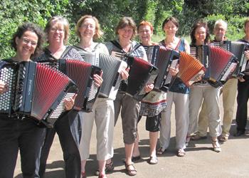 Teilnehmer•innen beim Akkordeon-Workshop von Peter M. Haas