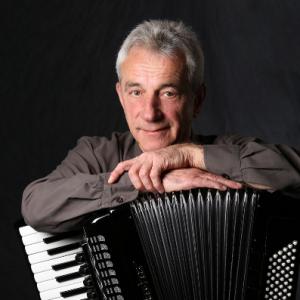 Karl Amarell unterrichtet mit den Spiel- und Lernbüchern für Akkordeon von Peter M. Haas