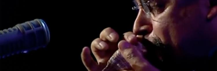 Der Jazzmusiker Stibe Turre spielt auf mehreren großen Muscheln.