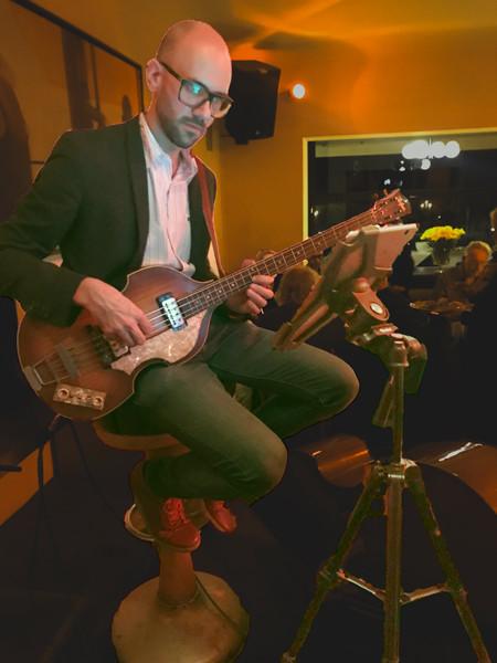 Bassist mit iPad auf Rollei-Stativ als Notenblatt